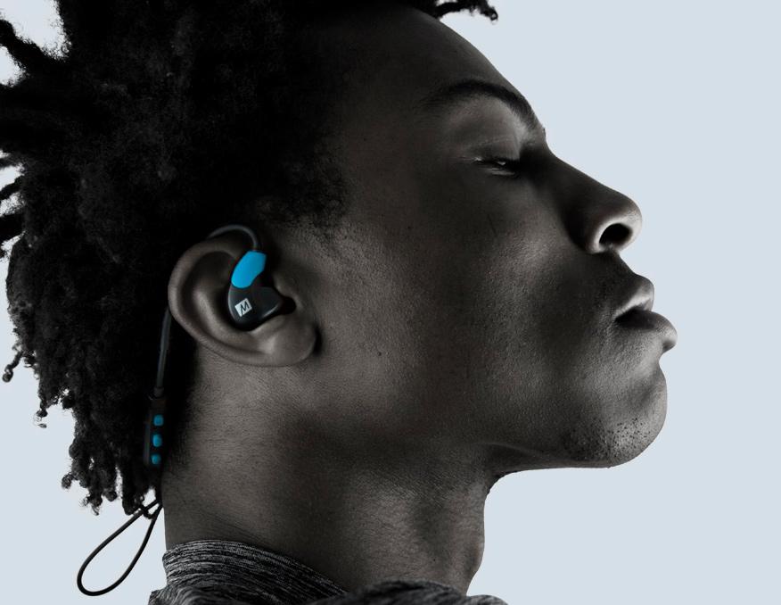 Mężczyzna w słuchawkach MEE Audio X7