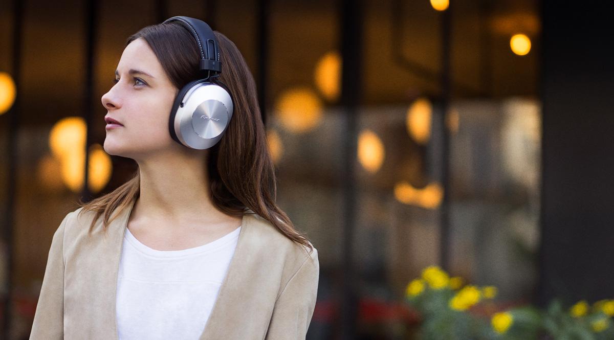 Kobieta w słuchawkach Pioneer Se-MS7BT