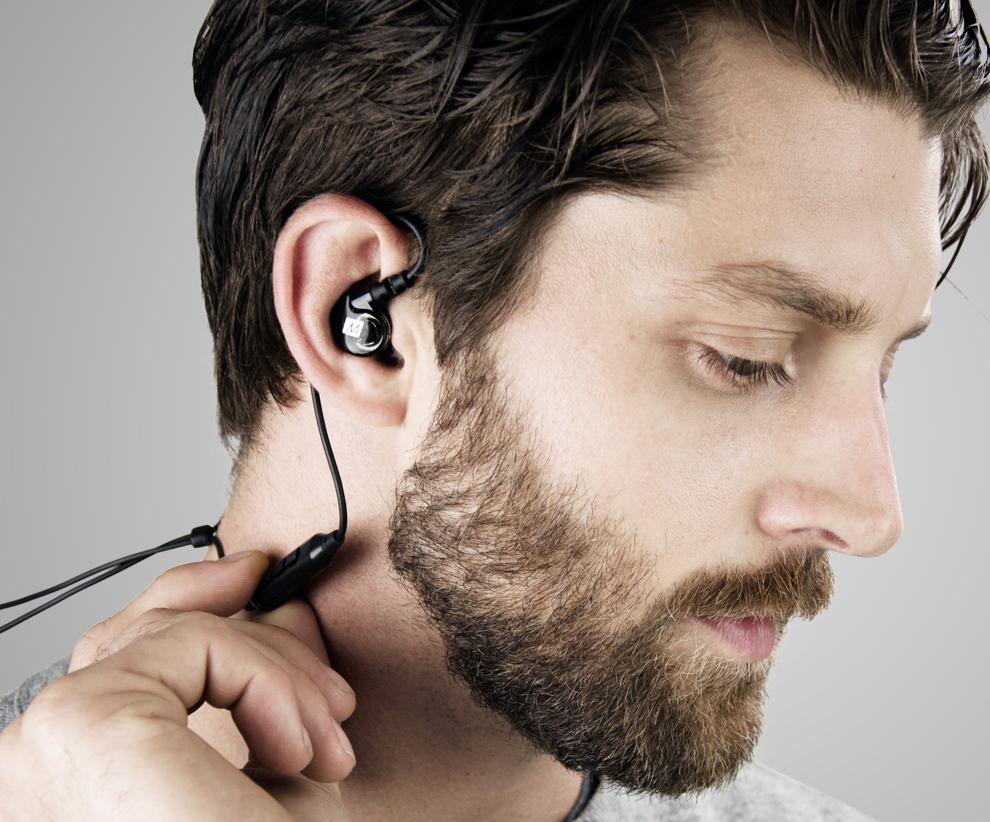 Mężczyzna w słuchawkach MEE Audio X6