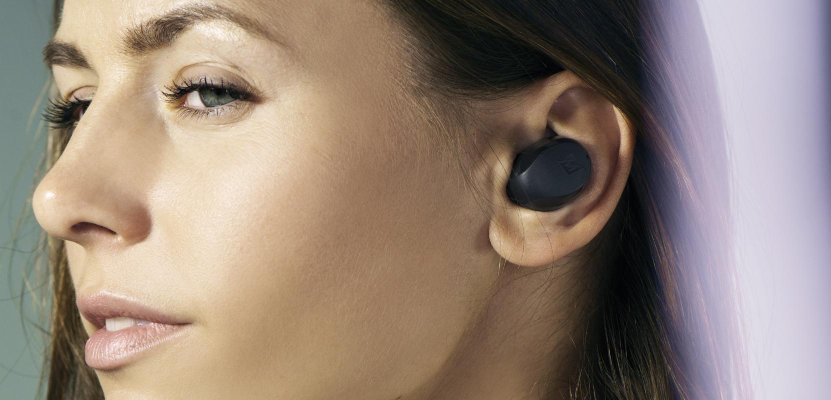Kobieta w słuchawkach MEE Audio X10